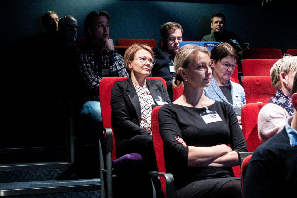 Yleisö kuuntelee opintopäivien puhujaa.