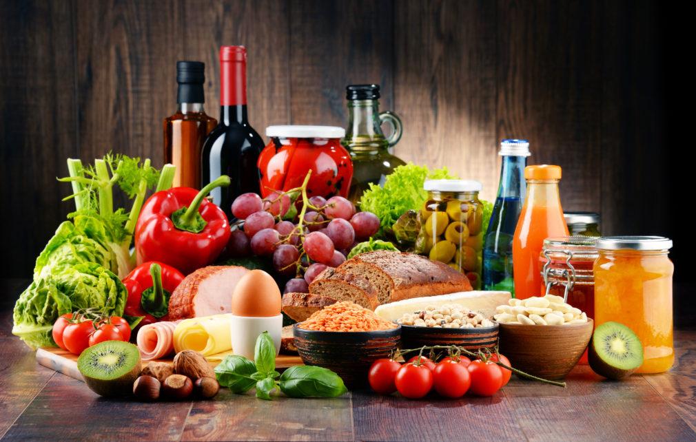 Hedelmiä, vihanneksia, kananmunia, hilloa ja mehua.