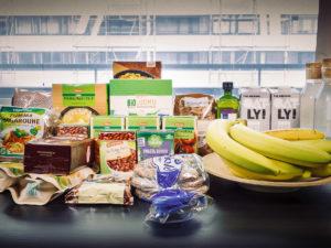 Papuja, banaaneja, pähkinöitä, kaurahiutaleita ja pullovettä.