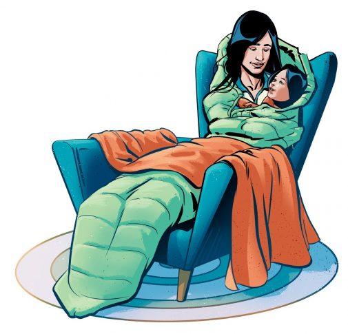 Äiti ja lapsi istuvat nojatuolissa makuupussissa.